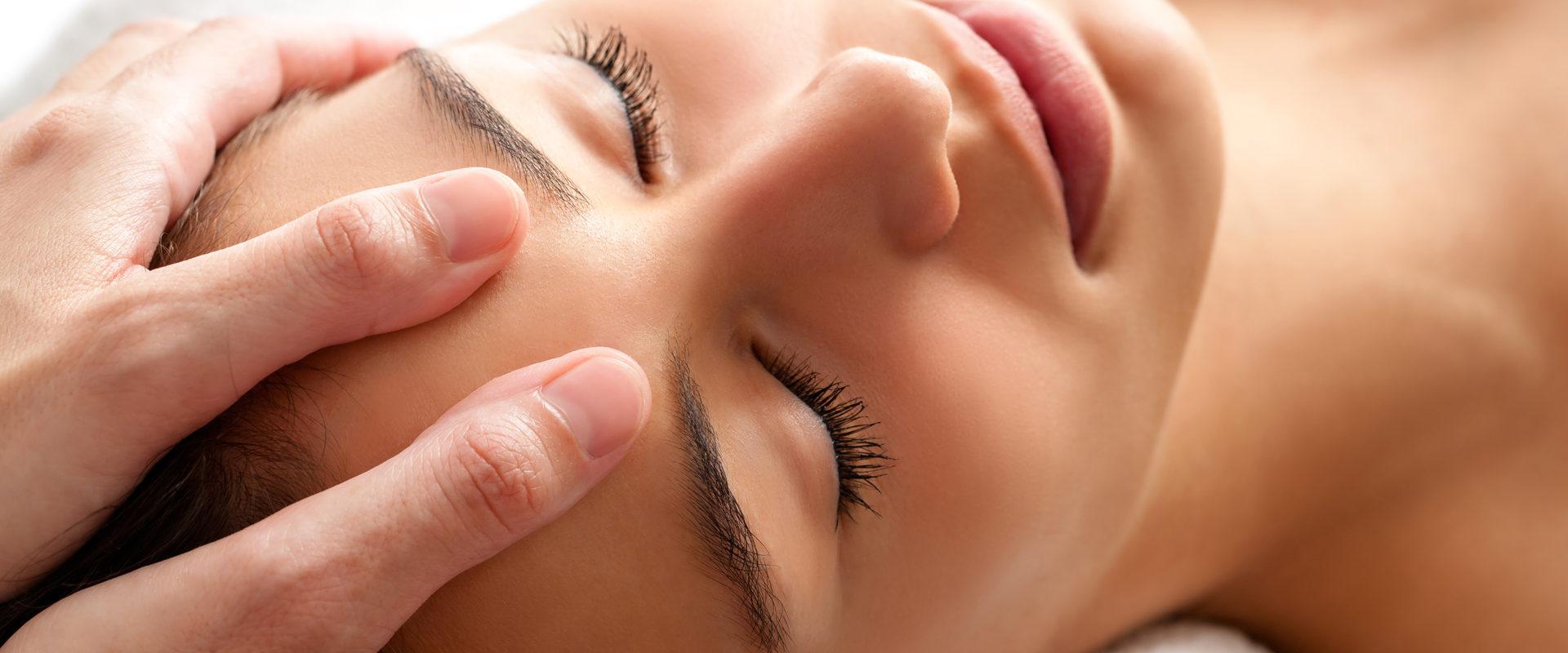 Relaksujący masaż twarzy, szyi i dekoltu